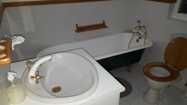 Bathroom with shower and bath, Knysna Self Catering Accommodation